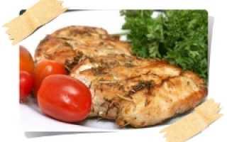 Куриное филе маринуется в оливковом масле и пряностях