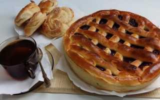 Бисквитный открытый пирог с вареньем