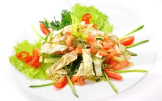 Салат с пекинской капустой и овощами